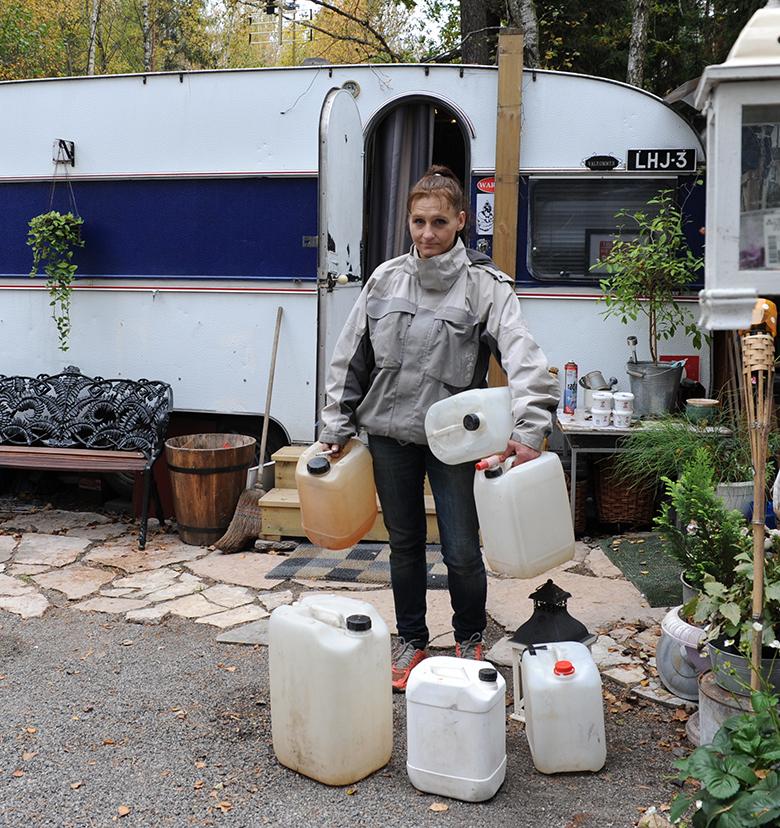 Karin samlar ihop vattendunkar som ska fyllas på.